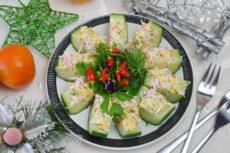 Фаршированные огурцы с сырным салатом и крабовыми палочками