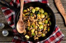 Жареная брюссельская капуста с грибами