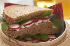 Французский сэндвич с редисом