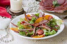 Салат из ветчины с хурмой