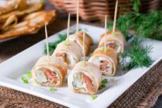 Роллы из блинов с лососем и сыром