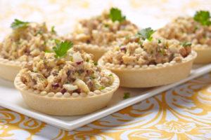 Тарталетки с салатом из печени трески: классическая закуска