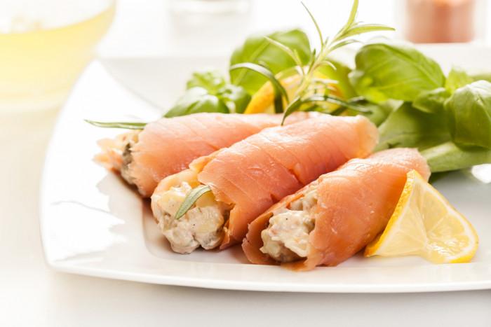 Рулетики из красной рыбы с картофельным салатом