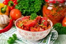 Быстрые маринованные помидоры с морковью по корейски