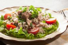 Салат с тунцом, спаржевой фасолью и кускусом