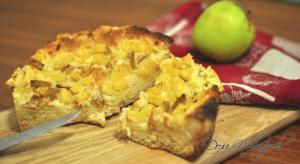 Шарлотка с консервированными ананасами и яблоками