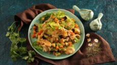Подмаринованная курица, баклажаны, латук и морковка
