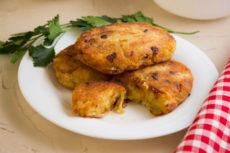 Картофельные котлеты с жареным луком и сыром