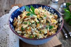 Салат с тунцом, яйцом и жареным луком